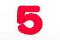 赤いフェルトの数字 5