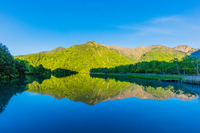 5月の早朝の湯ノ湖と新緑の山並