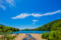 新緑の湯ノ湖と青空と虹色の光彩が現れたすじ雲