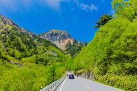 新緑の金精道路と金精山