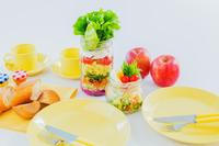 食卓のジャーサラダ