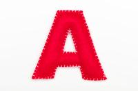 赤いフェルトのアルファベット A