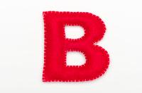 赤いフェルトのアルファベット B
