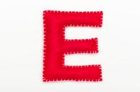 赤いフェルトのアルファベット E