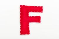 赤いフェルトのアルファベット F