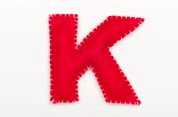 赤いフェルトのアルファベット K