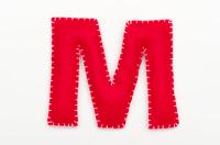 赤いフェルトのアルファベット M