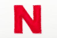 赤いフェルトのアルファベット N
