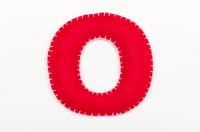 赤いフェルトのアルファベット O