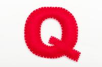 赤いフェルトのアルファベット Q