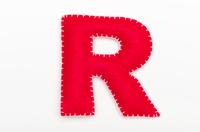 赤いフェルトのアルファベット R