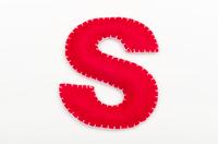 赤いフェルトのアルファベット S