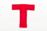 赤いフェルトのアルファベット T
