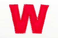 赤いフェルトのアルファベット W