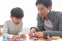 折り紙を折る親子