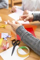 折り紙を折る男性の手元