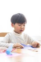 折り紙を折る男の子