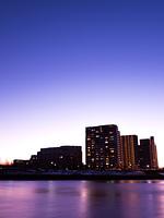 川辺の高層マンション群