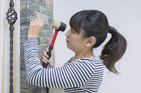 DIYをする女性