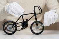アンティークなミニチュア自転車の組立て