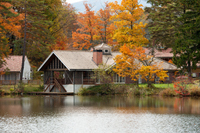 池の畔に立つ家