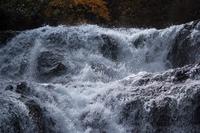 迫力ある滝の流れ