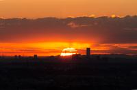 都市の向こうに朝日が昇る