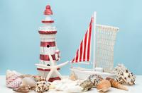 貝殻と玩具の灯台とヨット