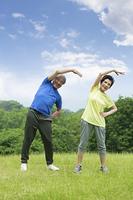 体操するシニア夫婦