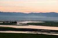 モンゴルの大平原の朝