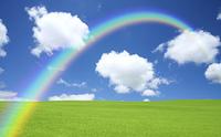 緑の草原と雲と虹