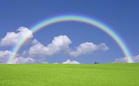 緑の草原と雲と虹と太陽