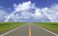 草原の直線道路と雲と太陽と虹