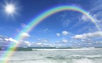 ビーチと波と雲と太陽と虹