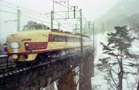 雪の中を走る国鉄特急