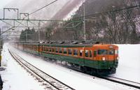 雪の上越線を走る急行列車