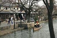 町並みと遊覧船