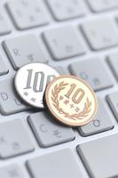 キーボードの上の小銭