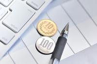 キーボードと小銭とボールペン