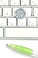 キーボードと一円玉とボールペン