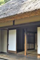藁葺き屋根の日本家屋