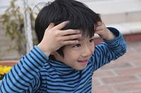庭で遊ぶ青い服の男の子