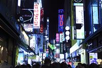 ソウル市街の商店街のネオン