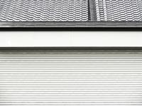 シャッターと屋根瓦