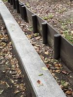 公園の盛り土の柵