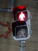 汚れた歩行者用の旧式信号機