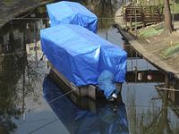 シートで覆われた運河の三十石船