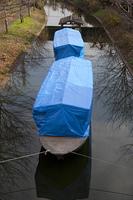 ブルーシートで覆われた三十石船