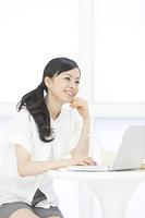 ノートパソコンを見る女性