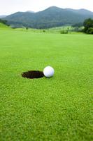 カップとゴルフボール